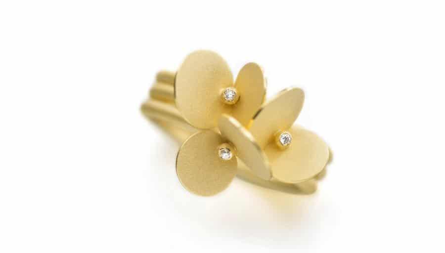 Verlobungsring im modernen Design in Gold und mit Brillianten von Johanna Otto Goldschmiedin München