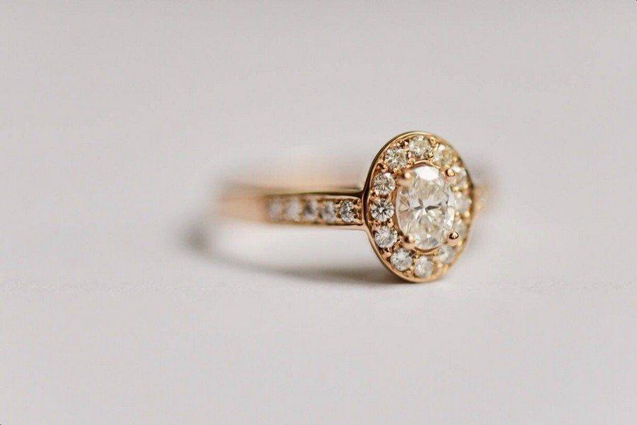 Verlobungsring im Vintage-Design mit Solitär und kleinen Diamanten aus Gold von Nathalie Bleyer Goldschmiedin in Wien