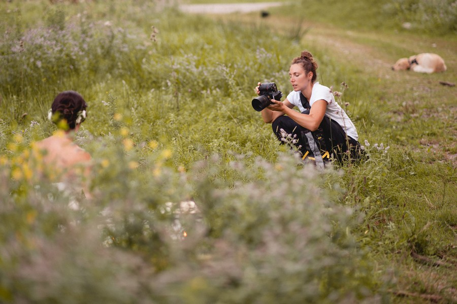 Making-of des ersten styled shoots von Hochzeitsgezwitscher (mit Trauwerk) in der freien Natur im Boho-Vintage-Stil mit dem Thema Farne