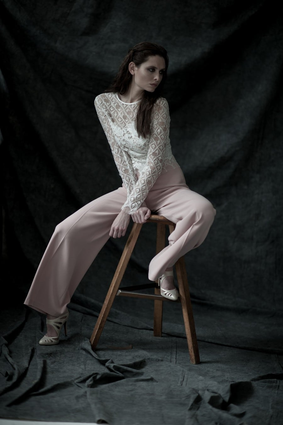 Düstere Romantik mit eine Hauch Gothic-Stil: Alltagskleidung kombiniert mit Brautmode von therese und luise.