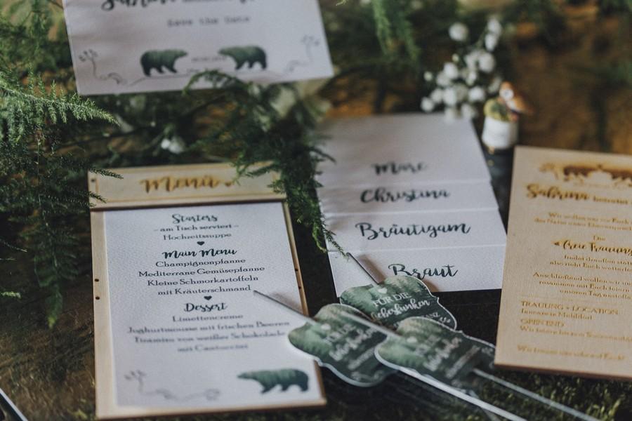 Ideen für eine Waldhochzeit mit viel Natur und Grün: Die Einladung und die Hochzeitspapeterie aus Holz