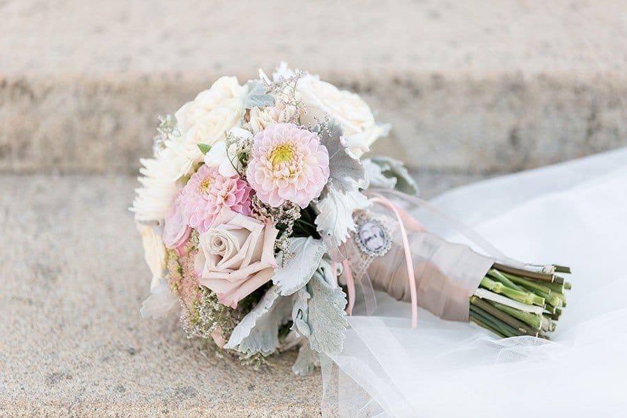 Romantischer Brautstrauss passend zur Vintage-Hochzeit in Pfirsich, Rosa und Vanille