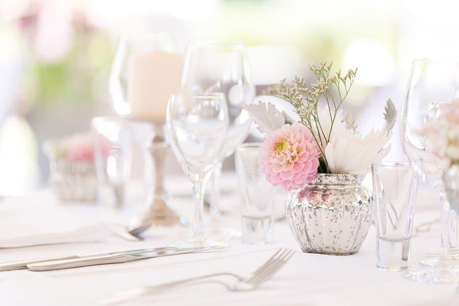 Romantische Tischdeko in den Pastellfarben Pfirsich, Vanille und Rosa bei einer Hochzeit im Botanischen Garten (München)