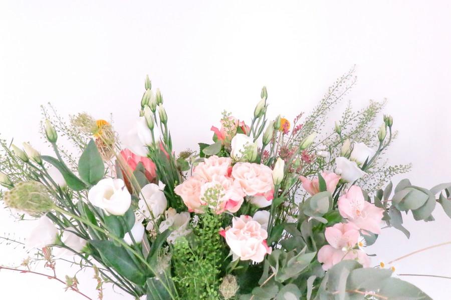 Blumenstrauß für den Trautisch mit wildem Mix in Rosa und Grün