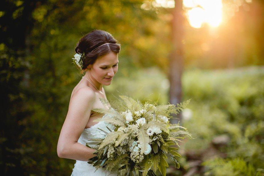 Idee für einen natürlichen großen Brautstrauß mit Farnen in weiß und grün
