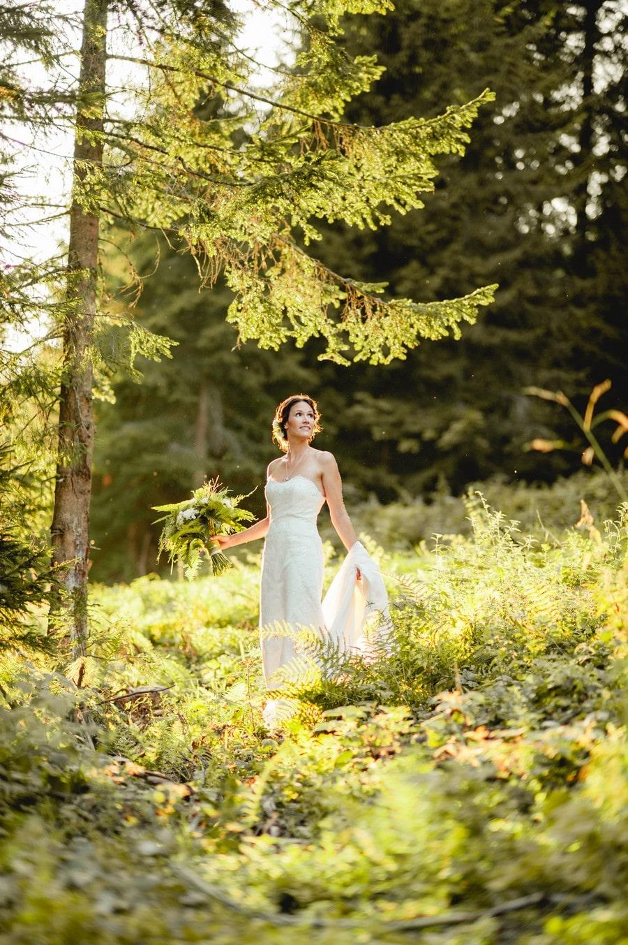 Inspiration für ein Braut-Shooting im Abendlicht auf einer Waldlichtung mit Farnen