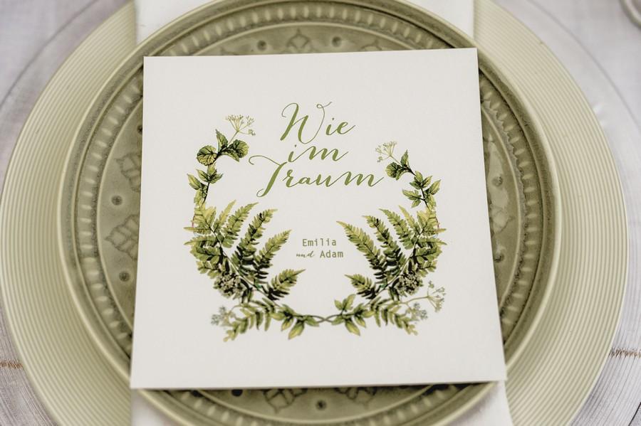 Idee für eine natürliche Hochzeits-Einladung mit Farnen in Grün und Weiß