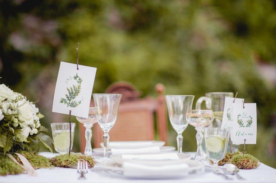 Idee für eine natürliche Hochzeits-Tischdeko mit Farnen in Grün und Weiß