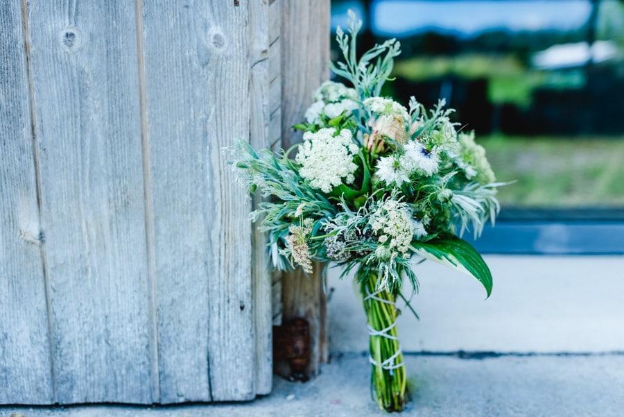 Kleiner Sommer Brautstrauß in Grün und Weiß, passend zu Vintage und Boho