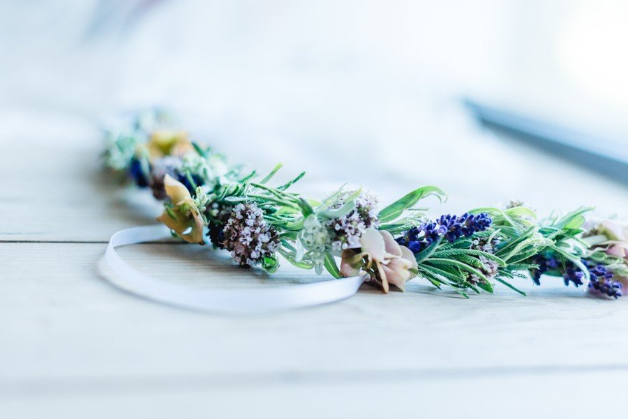 Kleiner Blumenkranz für eine Sommer-Boho-Braut