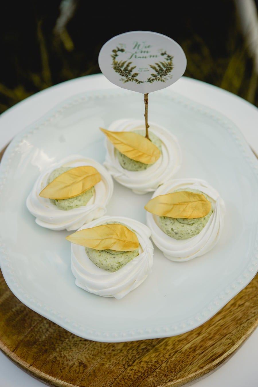Ideen für einen ausgefallenen Sweet Table im natürlichen Stil auf einer Waldlichtung