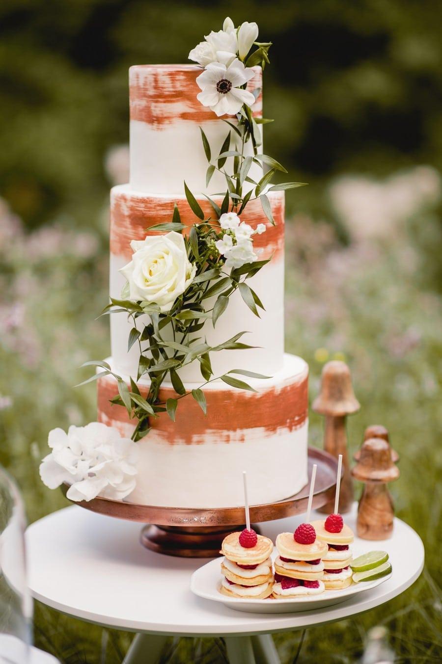 Inspiration für eine schlichte Hochzeitstorte in Weiß und Kupfer, passend zu einer natürlichen Hochzeit