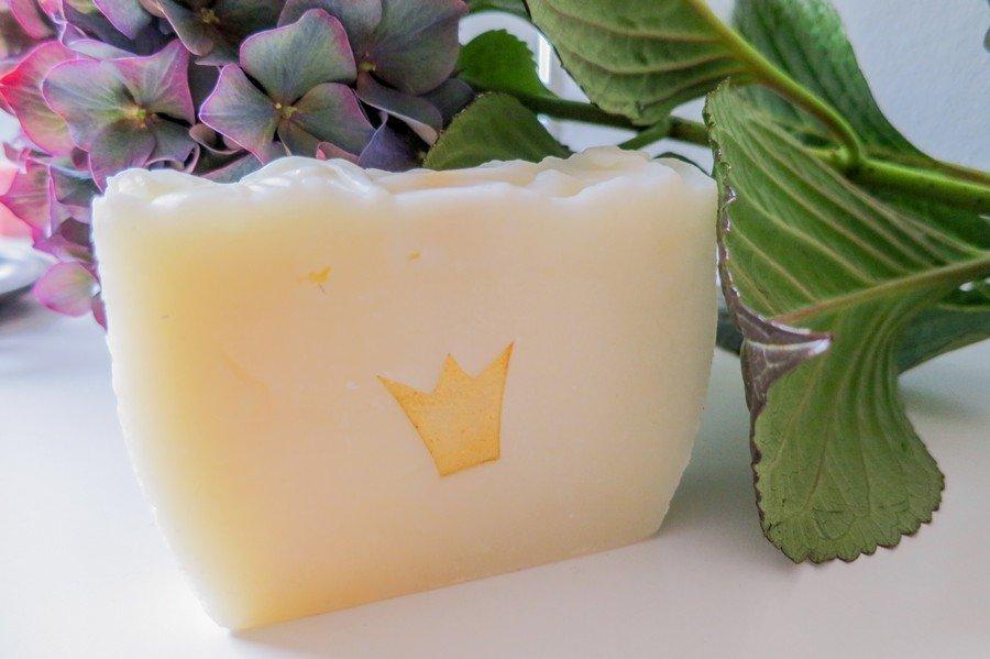 Handgefertigte Seifen mit Goldkrone als Gastgeschenk von Art zu Leben