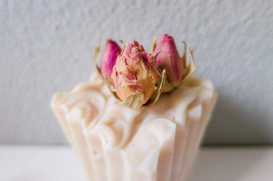 Handgefertigte Seife mit echten Rosenblüten als Gastgeschenk von Art zu Leben