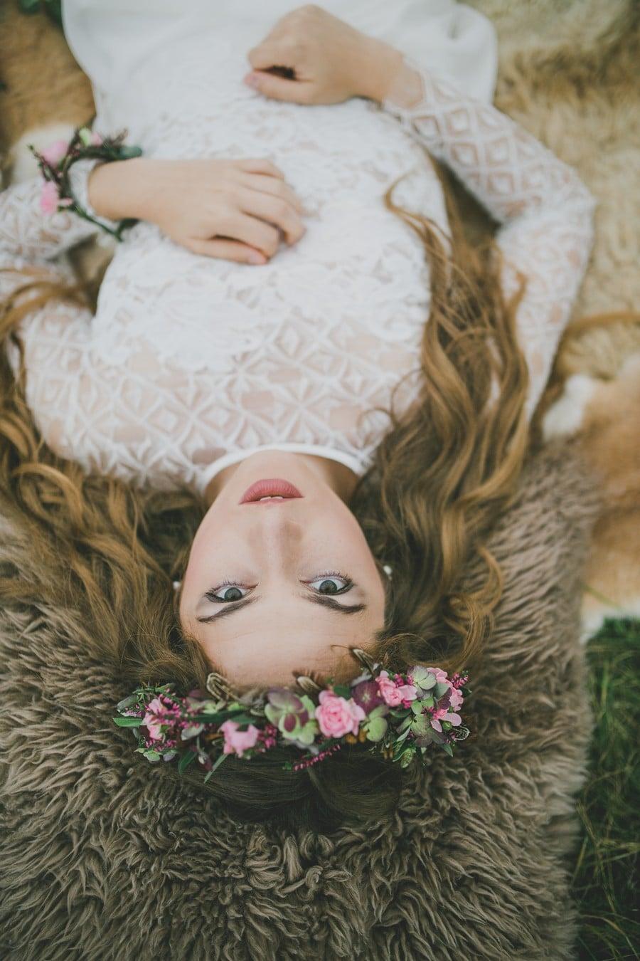 Rosa Blütenkranz für dei Brautfrisur einer Hippie-Braut