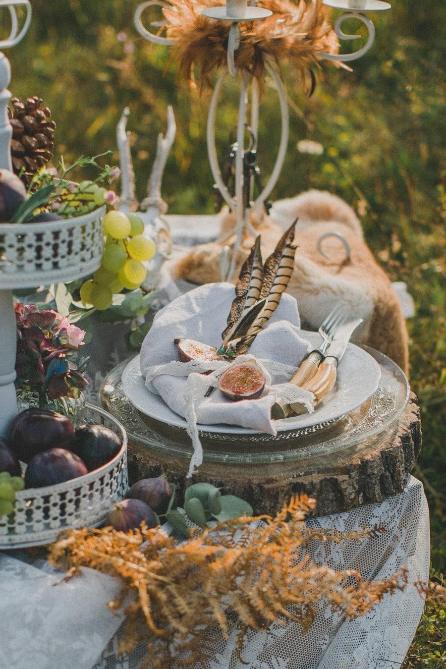 sweet Table im Freien mit Federn und Früchten