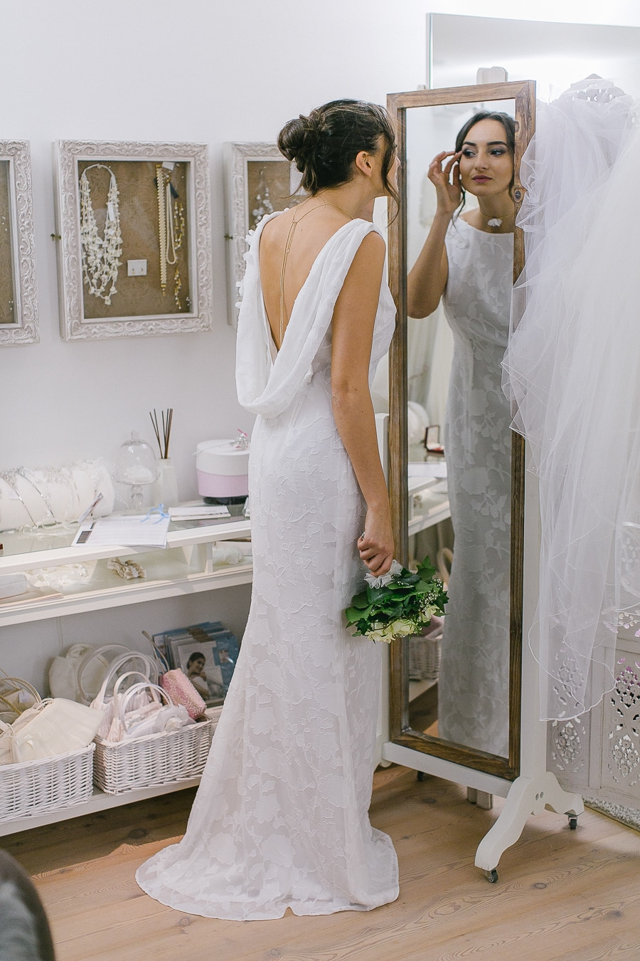 Brautkleid mit tiefem Rücken und floraler Spitze