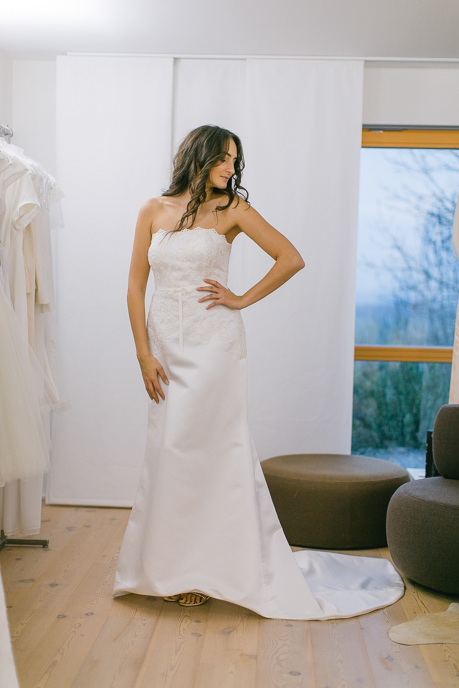 Klassisches Brautkleid mit kleiner Schleppe und geradem Ausschnitt