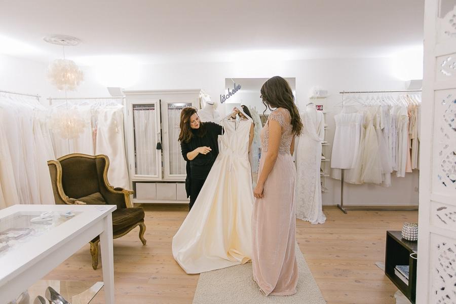 Klassisches Brautkleid, hochgeschlossen mit tiefem Rücken und Schleppe