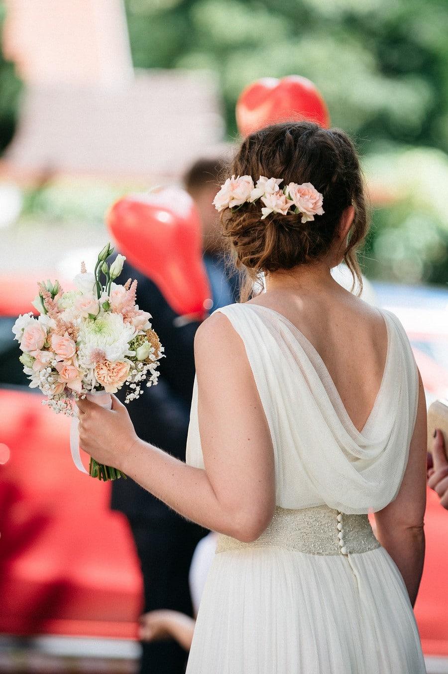Brautstrauss und Haarschmuck passend gestaltet bei einer Hochzeit in Aying