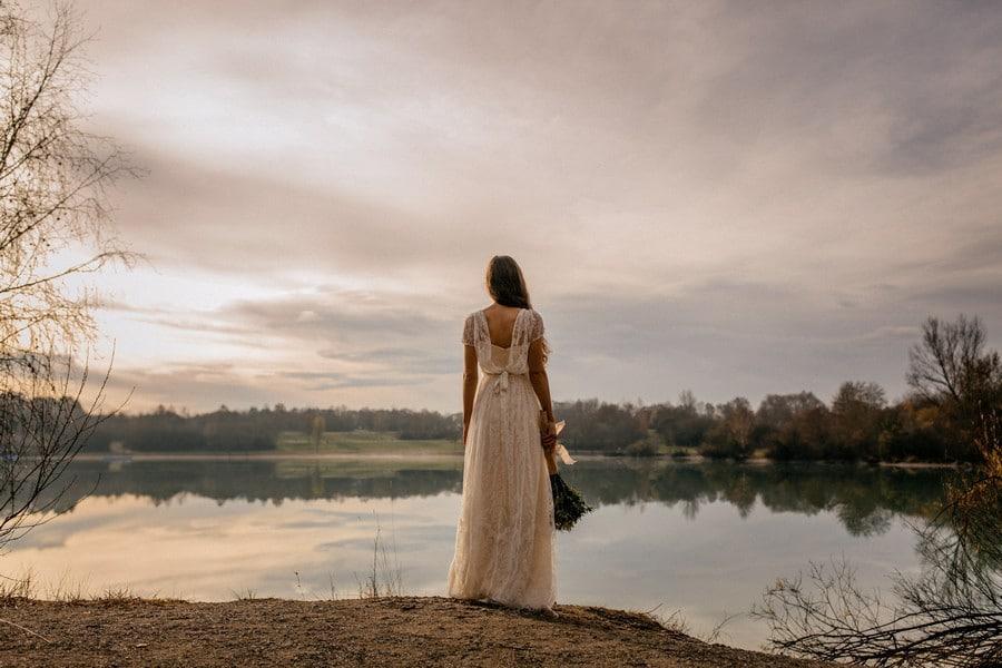 Mystische Schönheit: Kunstvolle Brautkleid-Fotografie