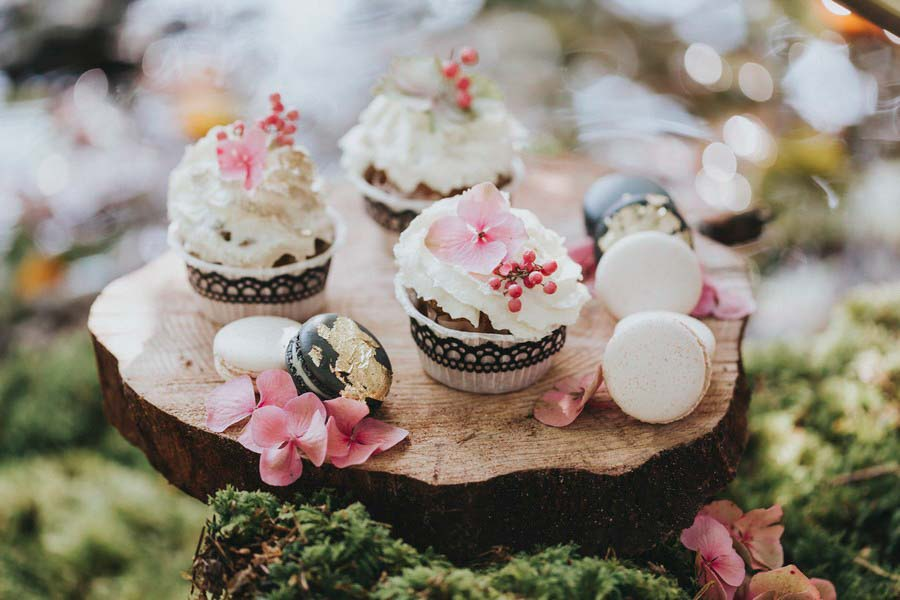 inspiration-hochzeit-vintage-cupkaces-macarons-gold-rosa-pink-2