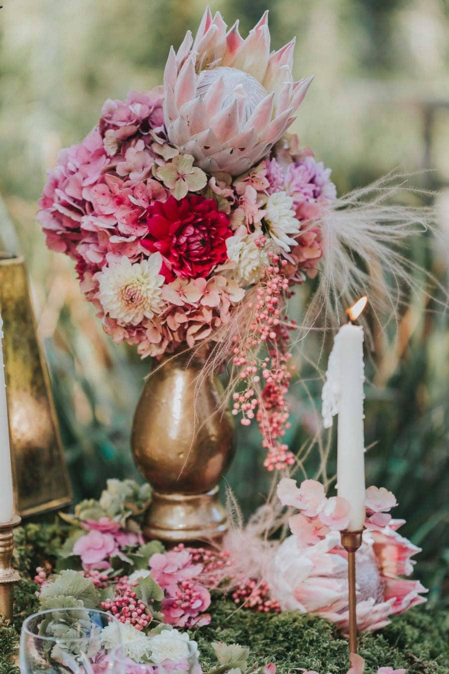 inspiration-hochzeit-vintage-natur-moos-pink-gruen-gold-protea-tischdeko-2
