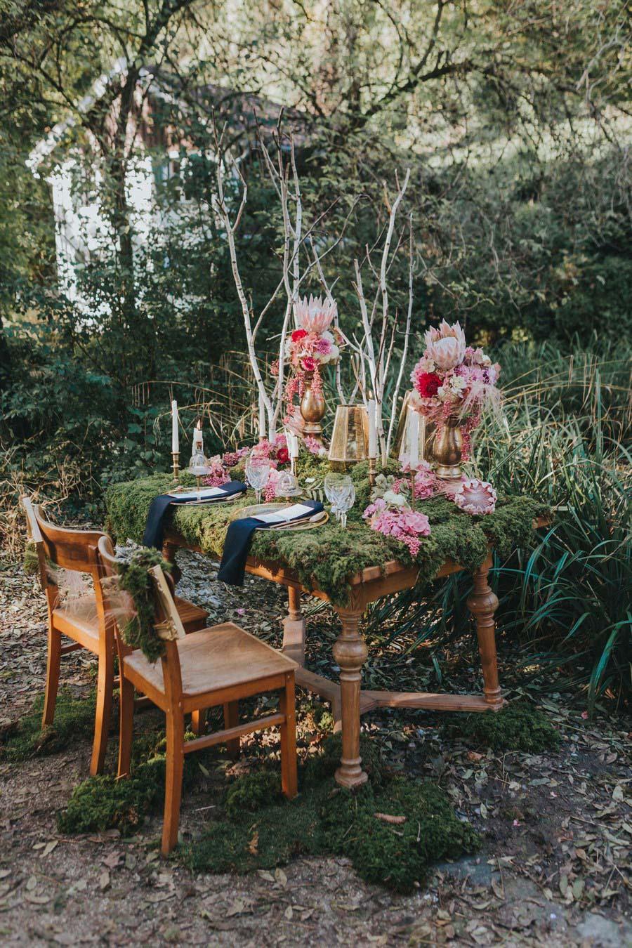 inspiration-hochzeit-vintage-natur-moos-pink-gruen-gold-protea-tischdeko-3