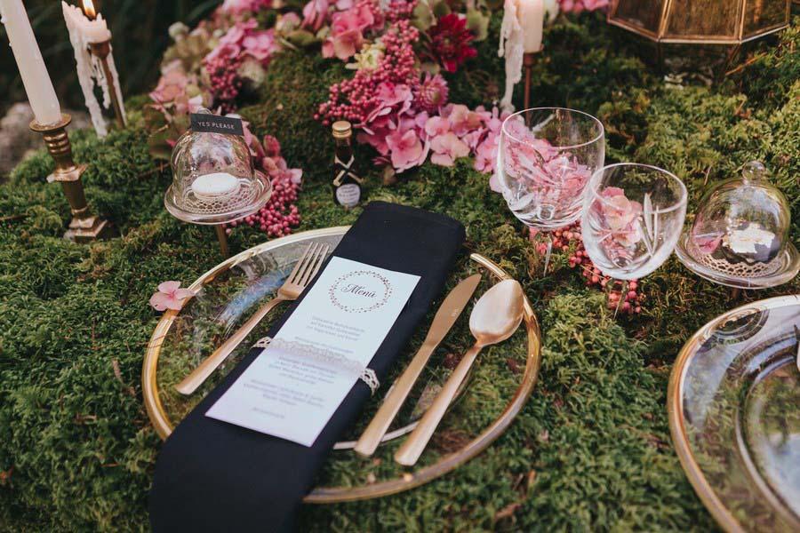 Märchenhafte Inspiration mit moosiger Tischdeko und opulentem Sweet Table