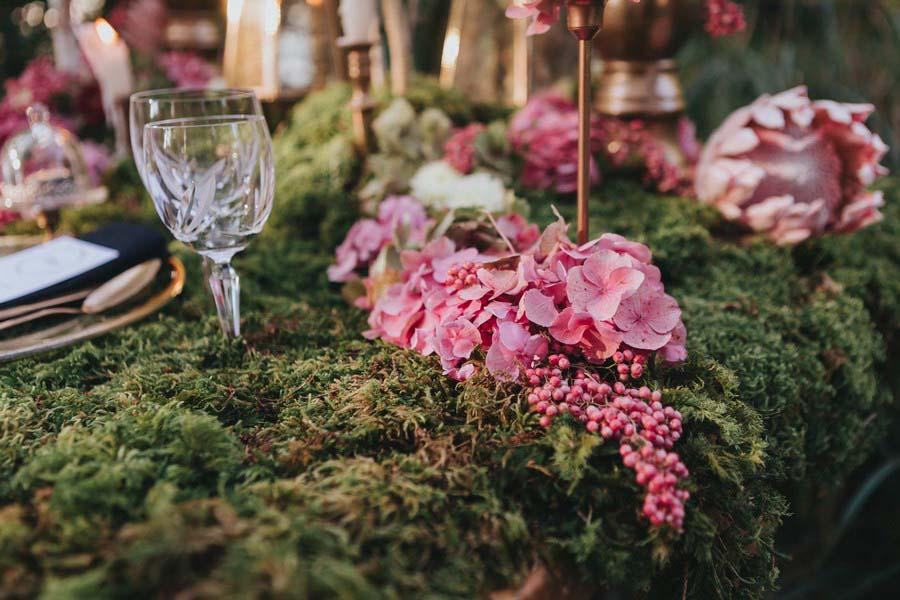 inspiration-hochzeit-vintage-natur-moos-pink-gruen-gold-protea-tischdeko-6