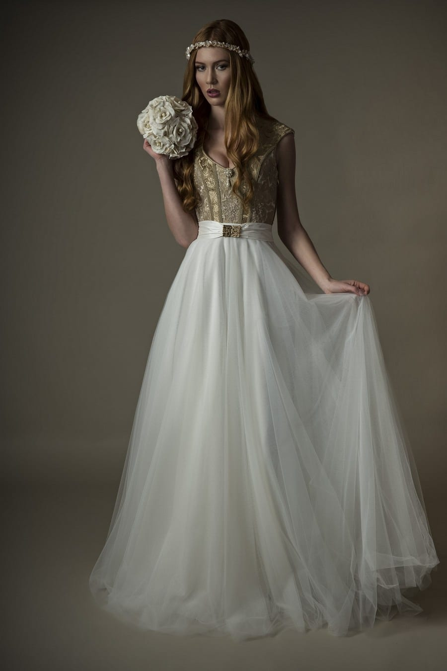 Exklusives Braut-Dirndl mit Brokat in Gold und Weiß im Vintage-Design