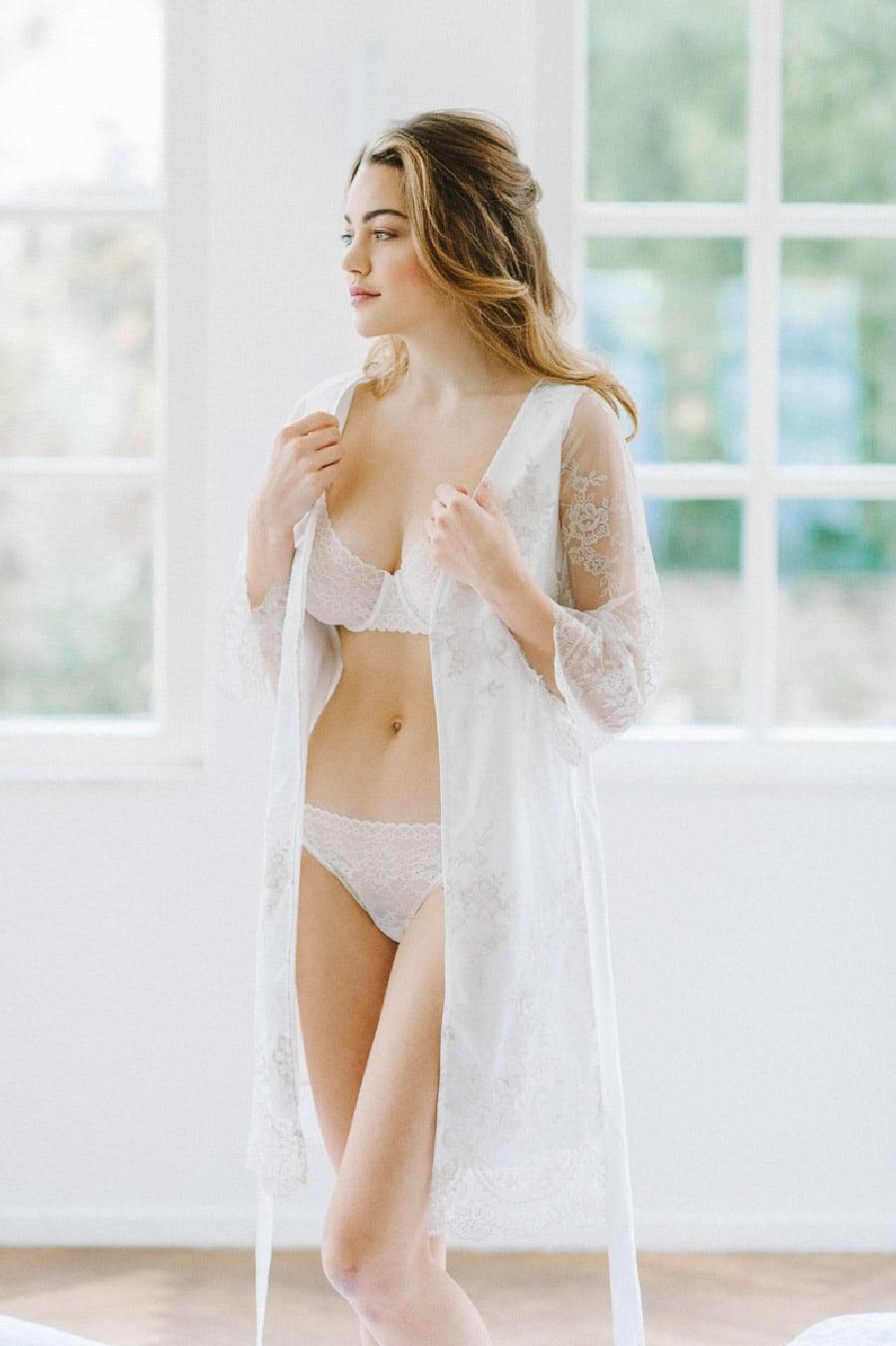 Braut-Morgenmantel mit zarter Spitze von Sina Fischer