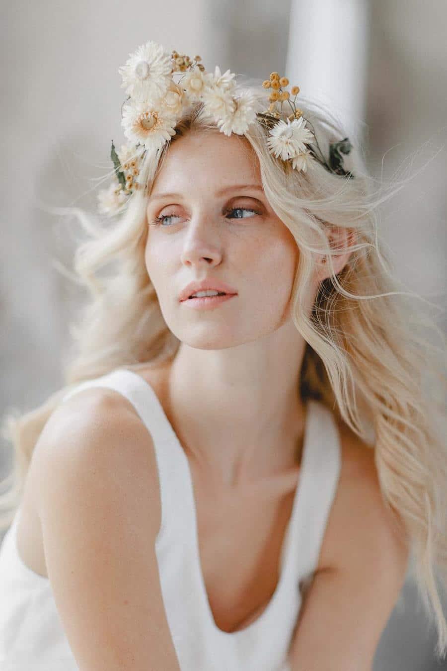 Brautfrisur mit getrocknetem Blumenkranz