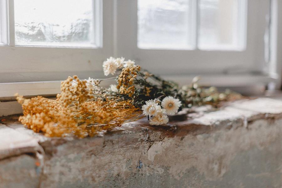 Brautstrauss aus getrockneten Wiesen-Blumen, passend für eine Boho-Braut