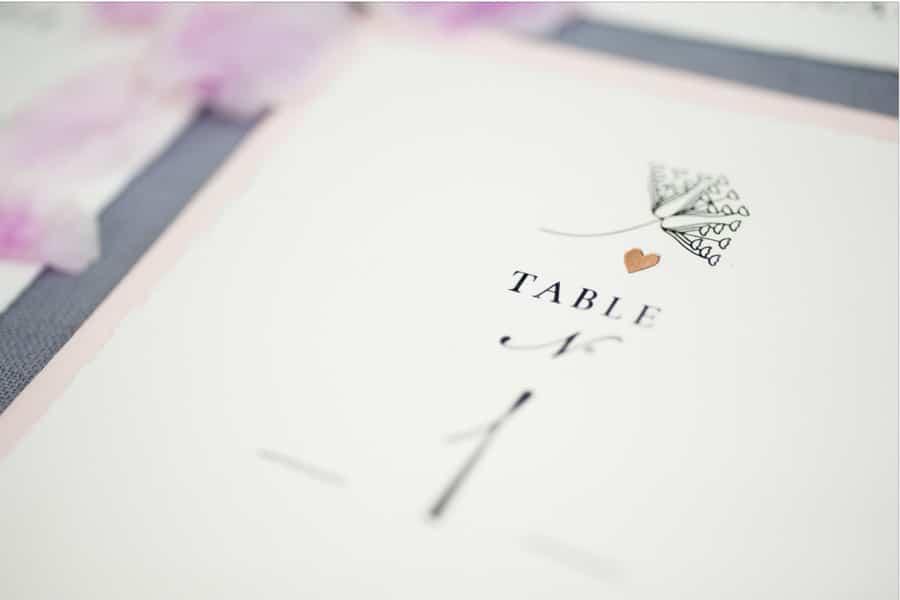 Inspiration für eine elegante Hochzeitsdeko und passende Papeterie in Pastellfarben mit hellem Taubenblau