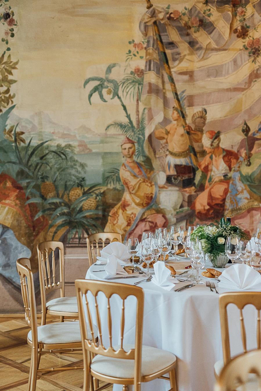Trauung im Garten von Schloss Laudon in Wien und Feier im Prunksaal