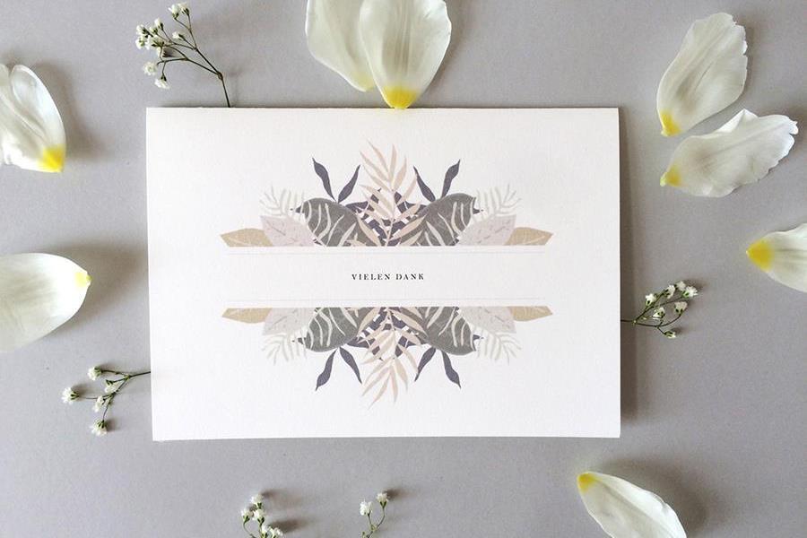 Grafische Hochzeits-Papeterie: Farne, Eukalyptus und Blumen