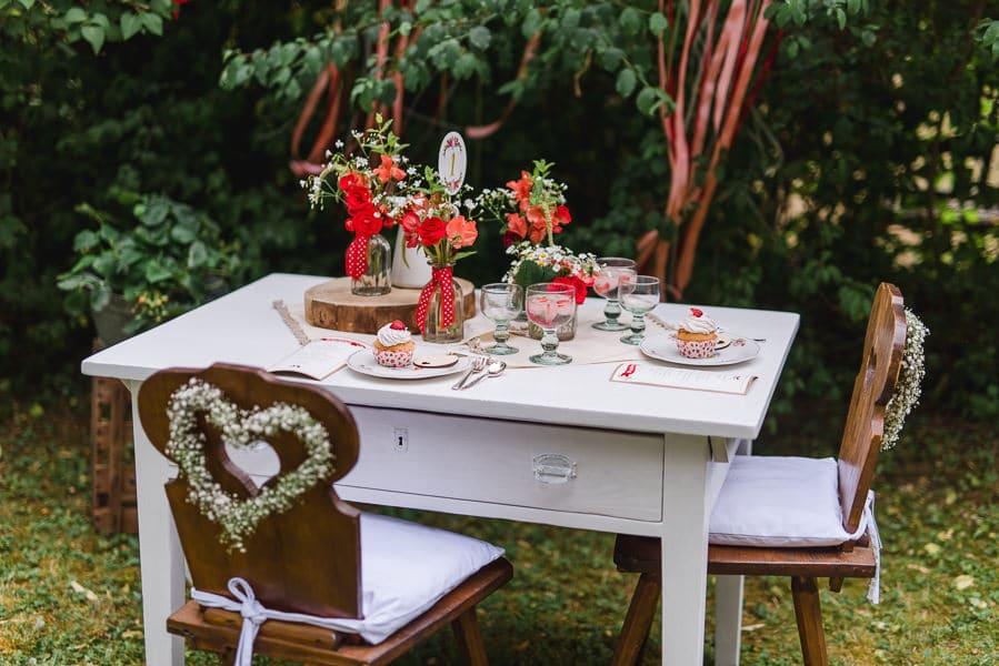 tischdeko-hochzeit-draußen-erdbeeren-vintage