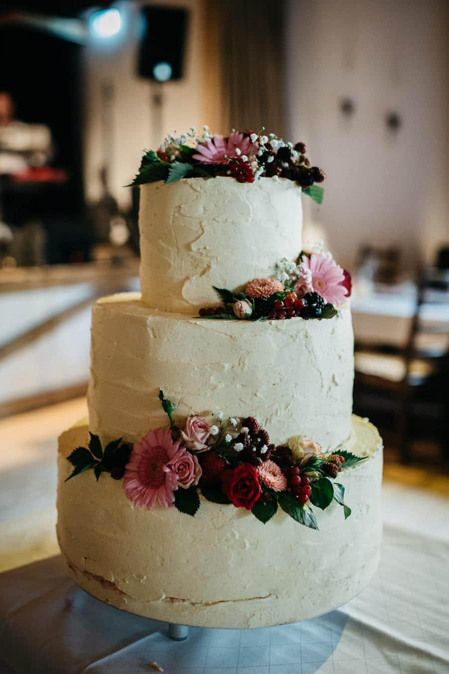 Hochzeitstorte klassisch Weiß mit Blumen