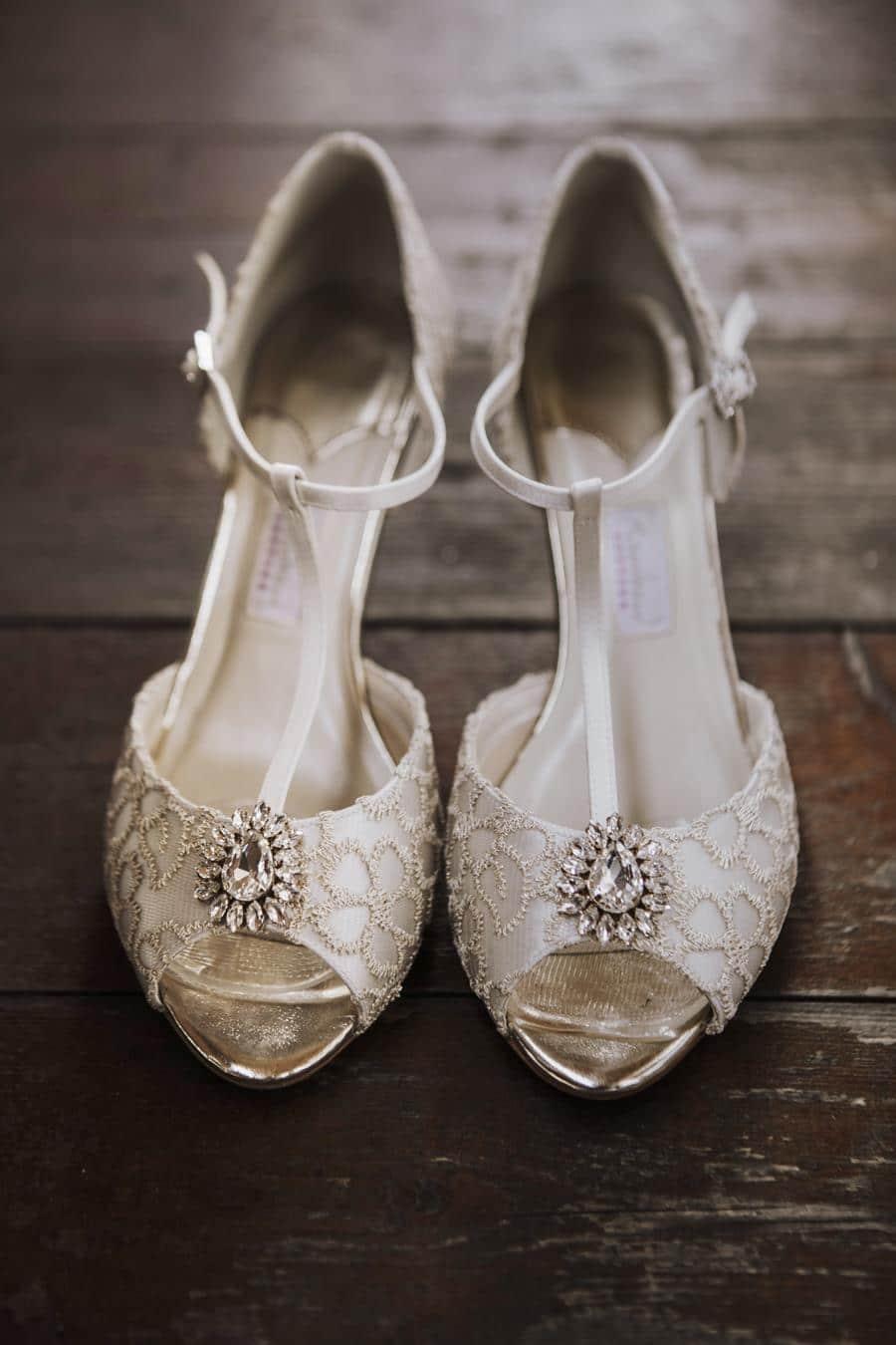 Brautschuhe einer Vintage Hochzeit auf der Reiteralm