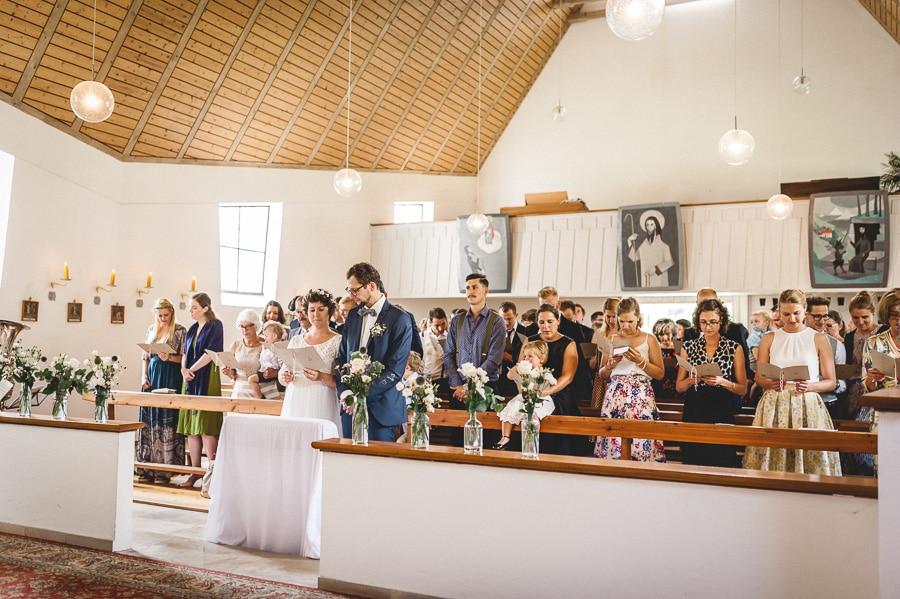 Trauung in der modernen Kirche von Schwaiganger
