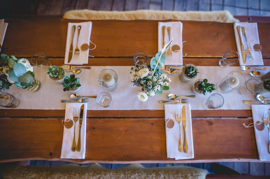 Hochzeits-Tischdeko mit Sukkulenten im natürlichen Greenery-Stil in einem Tipi-Zelt
