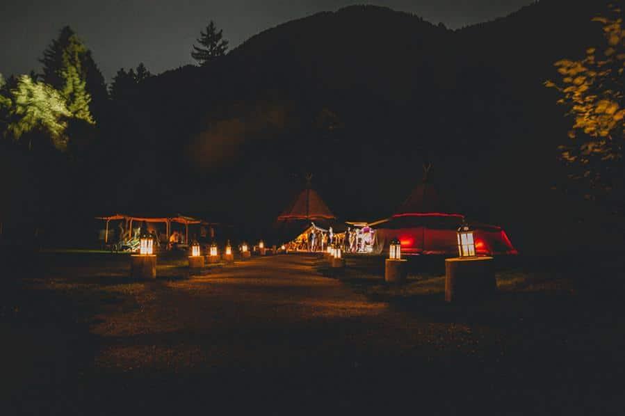 Natürliche Wald-Hochzeit in einem Tipi auf einer Lichtung