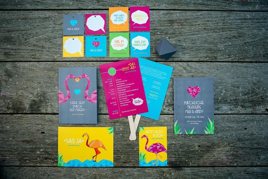 Bunte, moderne, poppige Hochzeit: Idee für die Einladung und Papeterie