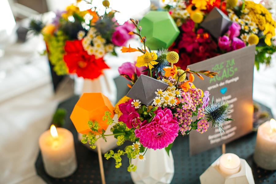 Bunte, moderne, poppige Hochzeit: Idee für die Tischdeko und die Blumen