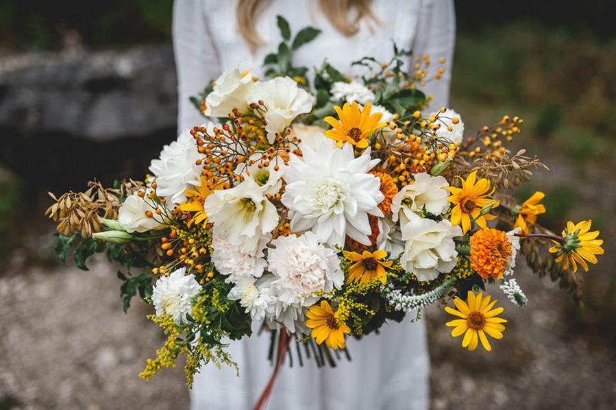 Boho-Brautstrauß in Gelb und Weiß