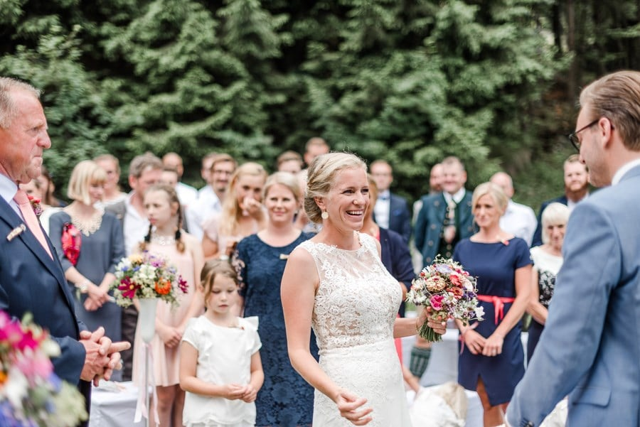 Echte Hochzeit auf einer Bergwiese vor dem Gasthof Schönblick im Bayerischen Wald