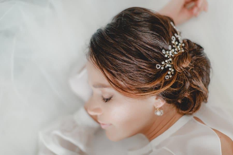 Brautschmuck mit Perlen und Kristallen