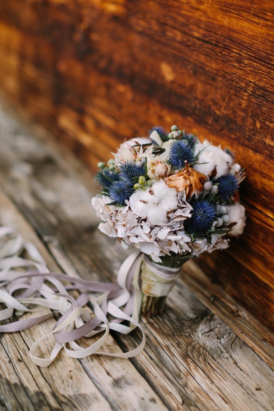 Kleiner Brautstrauss in Blau-Weiß für eine Berg- oder Trachtenhochzeit