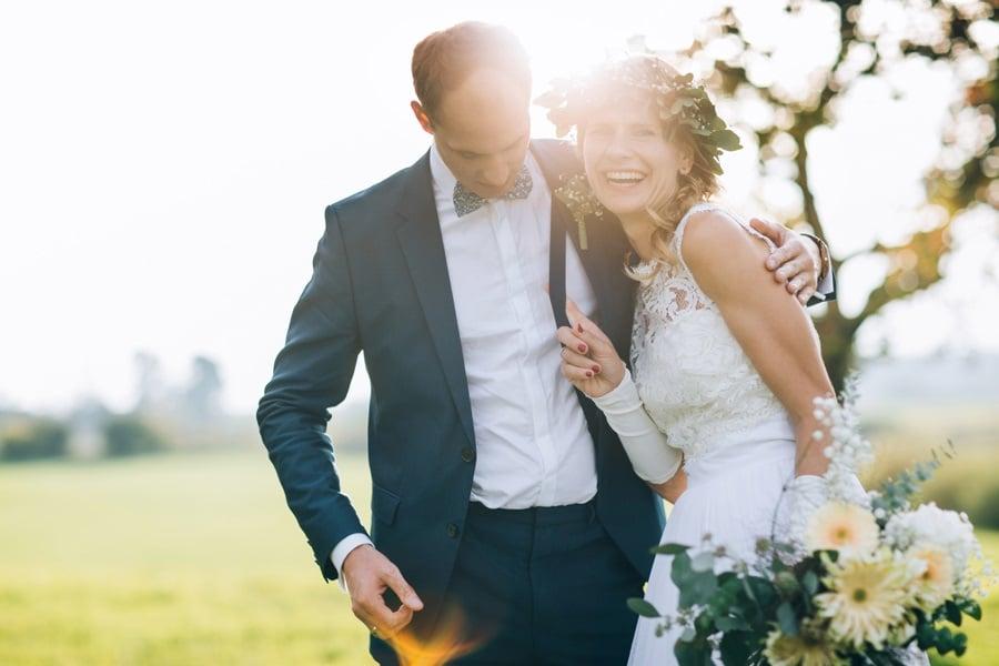 Lustige Boho-Hochzeit in Weiß, Gold und Apricot nahe Nürnberg